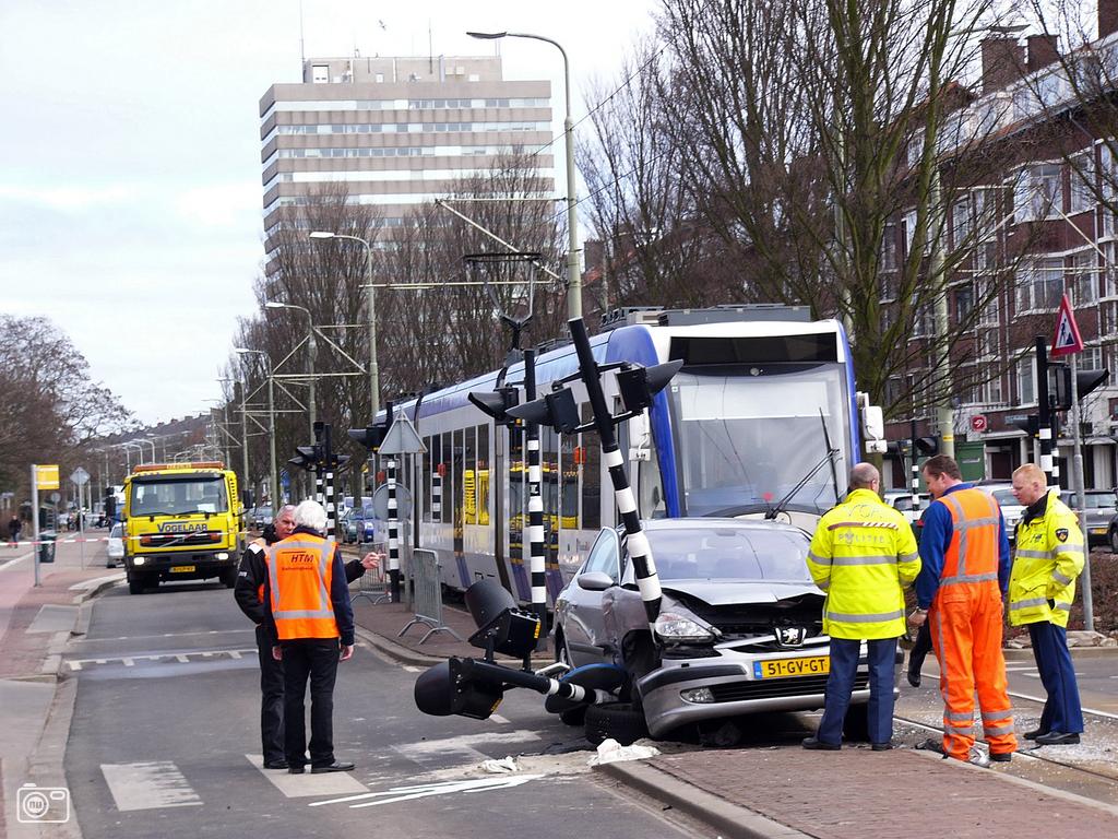 ernstig ongeval door auto en randstadrail in den haag foto