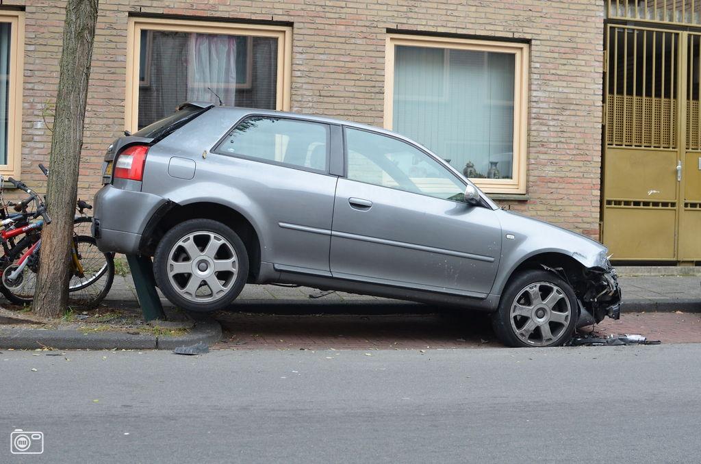 Auto belandt op gemeentepaaltje in den haag foto 249791 for Auto interieur den haag