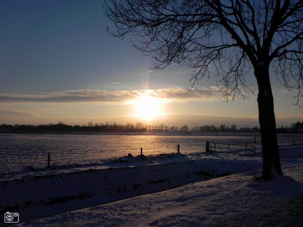 Landschap heino de ondergaande zon zorgde in het winters landschap