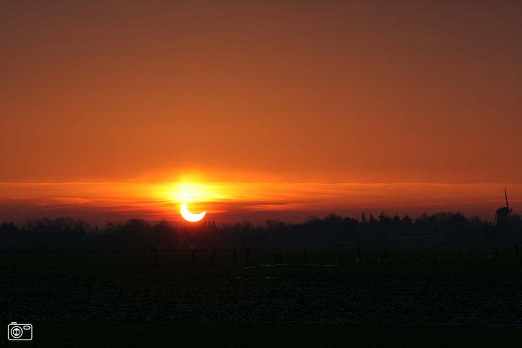 De maan gedeeltelijk voor de zon te oosteind foto 186800 de laatste nieuwsfoto 39 s - Doek voor de zon ...
