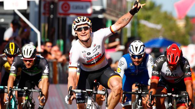 Greipel sprint naar zege in Giro d'Italia en pakt roze trui