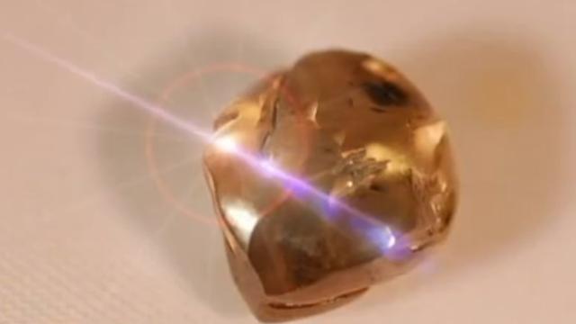Geestelijke in Sierra Leone vindt diamant van 706 karaat