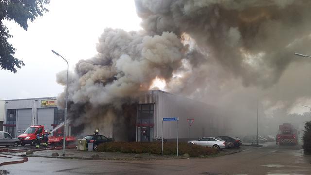 Grote brand bij autobedrijf Hoofddorp