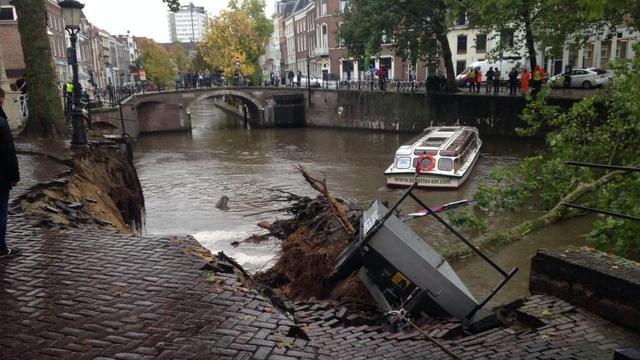 Historische kademuur Utrecht ingestort