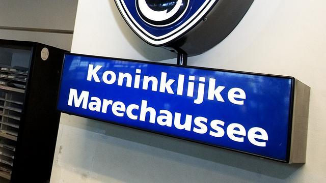 Marechaussee onderzoekt steeds meer telefoons op Schiphol