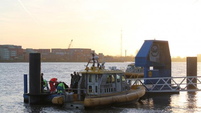 83-jarige schipper redt jongetje (5) uit Maas in Schiedam