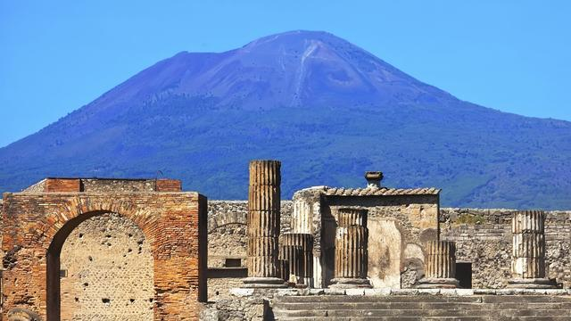 Toeristen vast op besneeuwde Vesuvius