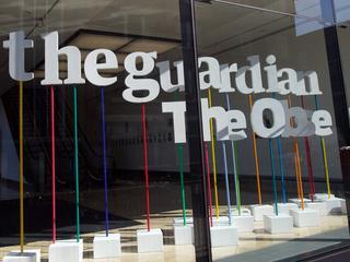 Laura Poitras en Glenn Greenwald halen prijs persoonlijk op in New York
