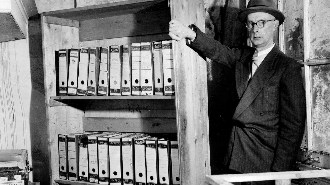 Citaten Van Anne Frank : Beroemde boekenkast anne frank huis achter glas nu het