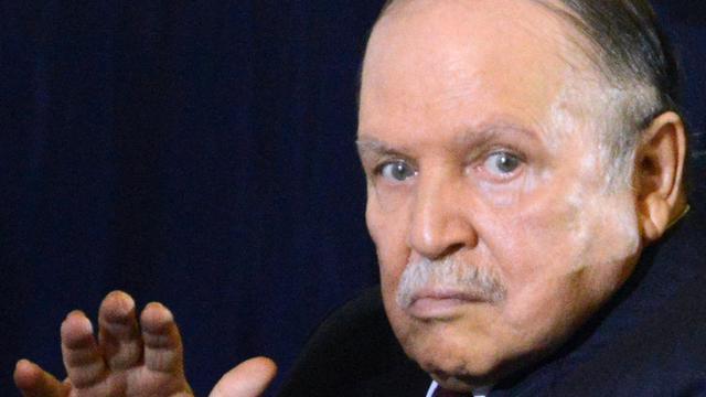 President Algerije vertoont zich onverwacht in het openbaar