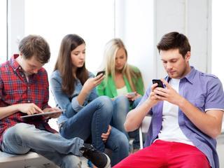 Bijna alle jongeren met vast internet gaan ook onderweg online