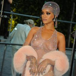 Rihanna kleedt zich minder bloot