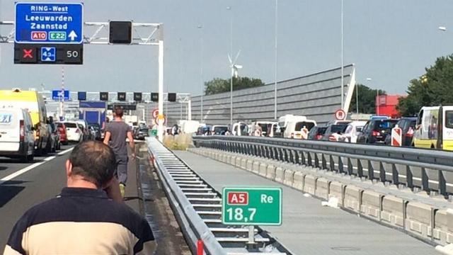 Verkeer op A8 en A10 tijdelijk gestremd door ongeluk bij Oostzaan