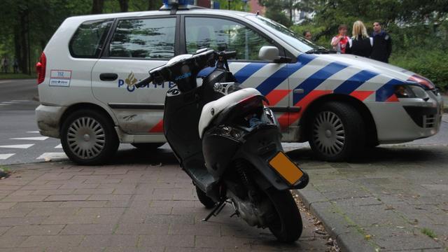 Scooterrijder lichtgewond na aanrijding met vrachtwagen