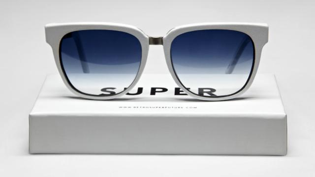Super maakt zonnebrillen voor goed doel