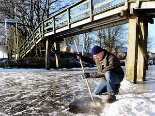 Rayonhoofd Hein Althuis heeft bij Bartlehiem voor het eerst een ijsdikte gemeten van vijftien centimeter. Ook in Birdaard is het ijs goed.