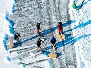 Om de Elfstedentocht te kunnen laten doorgaan, moet de ijsdikte overal zeker vijftien centimeter zijn.