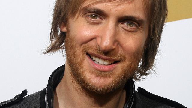 Man loopt met mes rond in huis David Guetta
