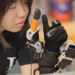 Robothandschoen geeft drager twee extra vingers
