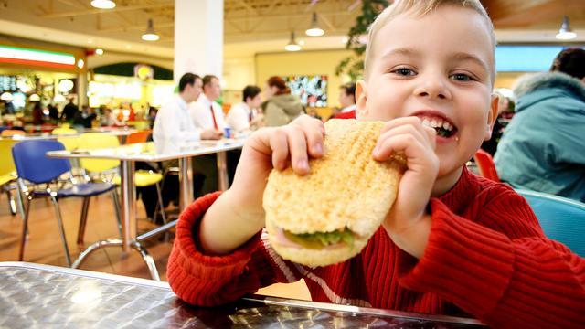 'Bescherm kinderen tegen online reclame voor ongezond eten'