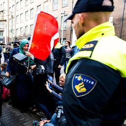 Ruim honderd antifascisten in Den Haag