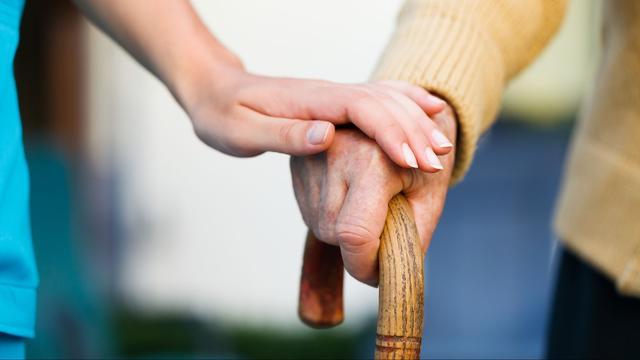 Hoogbejaarde vrouw opgelicht door 'thuiszorgmedewerkster'