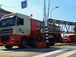 Vrachtwagen blokkeert kruispunt in Katwijk