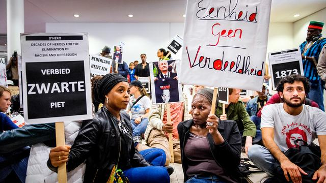 Demonstratie stadhuis over Zwarte Piet