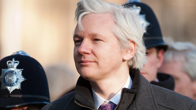 Julian Assange legt verklaring af vanuit ambassade