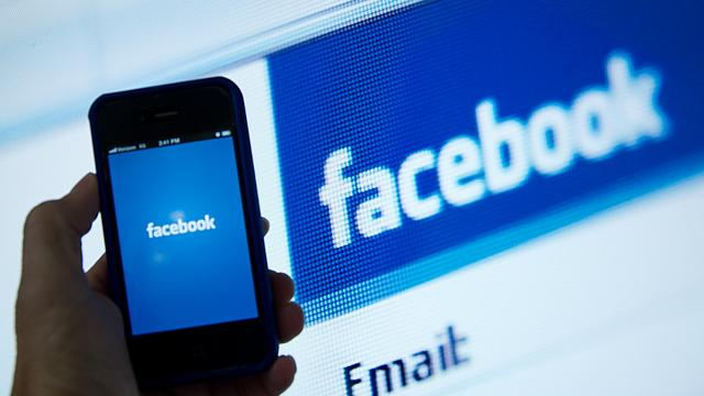 Facebook test willekeurige advertenties tussen updates