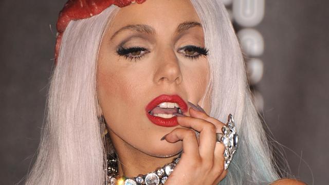 Brakende Lady Gaga met worst bekogeld