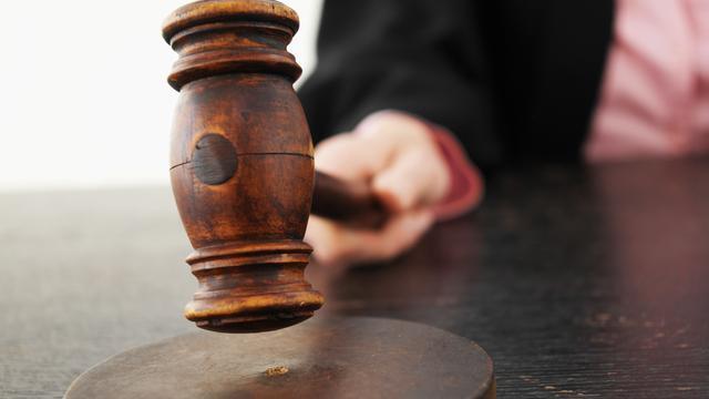 Celstraf voor vastlijmen dochtertje