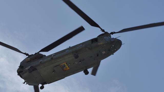 Chinook helikopter brengt dakdelen naar Noordwijk