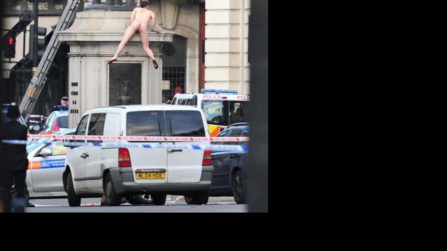 Celstraf voor naakte man die standbeeld Londen beklom