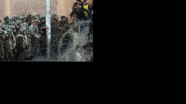 Betogers door barricade paleis Mursi