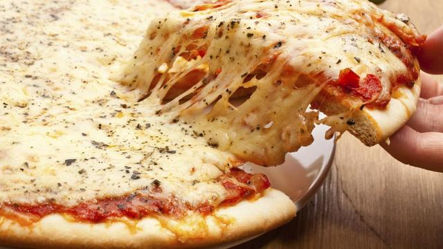 Vrouw treft metalen moer aan in pizza