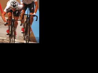 De renners worden op de hielen gezeten Peter Schep en Wim Stroetinga  en Michael Mörköv en Pim Ligthart.