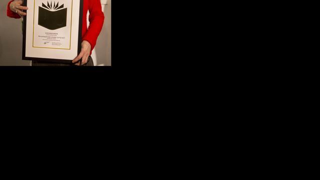 Schrijfster Francine Oomen ontvangt koninklijke onderscheiding