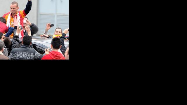 Groots onthaal Sneijder bij aankomst in Istanbul