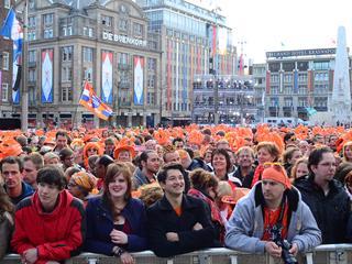 Al tienduizend mensen wachten op abdicatie en balkonscène