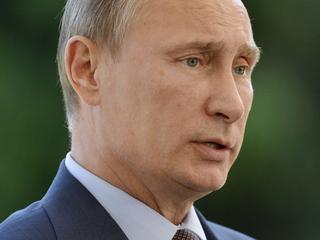 President Poetin tekent een besluit dat alle 'samenkomsten, demonstraties en protestmarsen die geen onderdeel zijn van de Spelen zelf' verbiedt.
