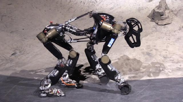Onderzoekers laten robotaap realistisch lopen