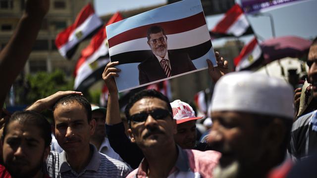 Aanhangers en tegenstanders Mursi de straat op