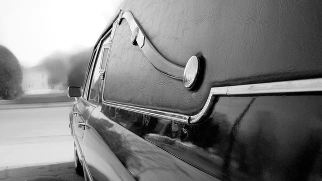 Chauffeur raakt lijkwagen met inhoud kwijt