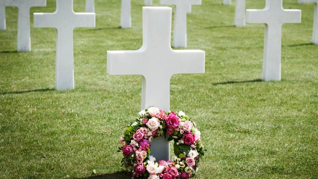 Vrouw krijgt boete voor te veel bloemen op graf