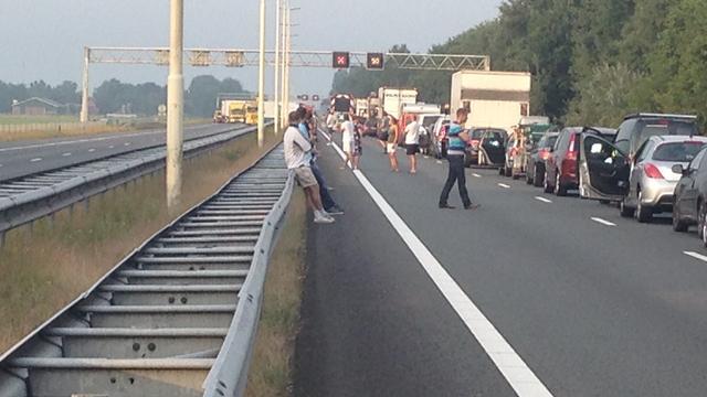 A27 richting Almere dicht door gekantelde vrachtwagen