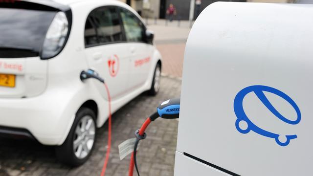 Laadpalen voor elektrische taxi's bij station