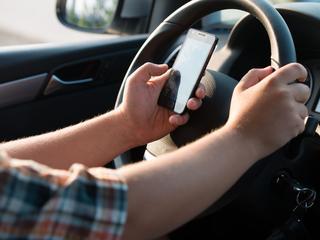 Steeds meer instanties willen de auto telefoonvrij maken
