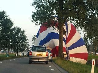 Luchtballon landt in sloot bij Den Ham