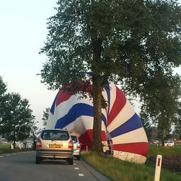 Achter de lens: Luchtballon landt in sloot bij Den Ham